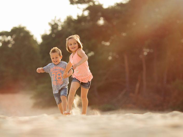 Broer en zus op zandverstuiving Hulshorst