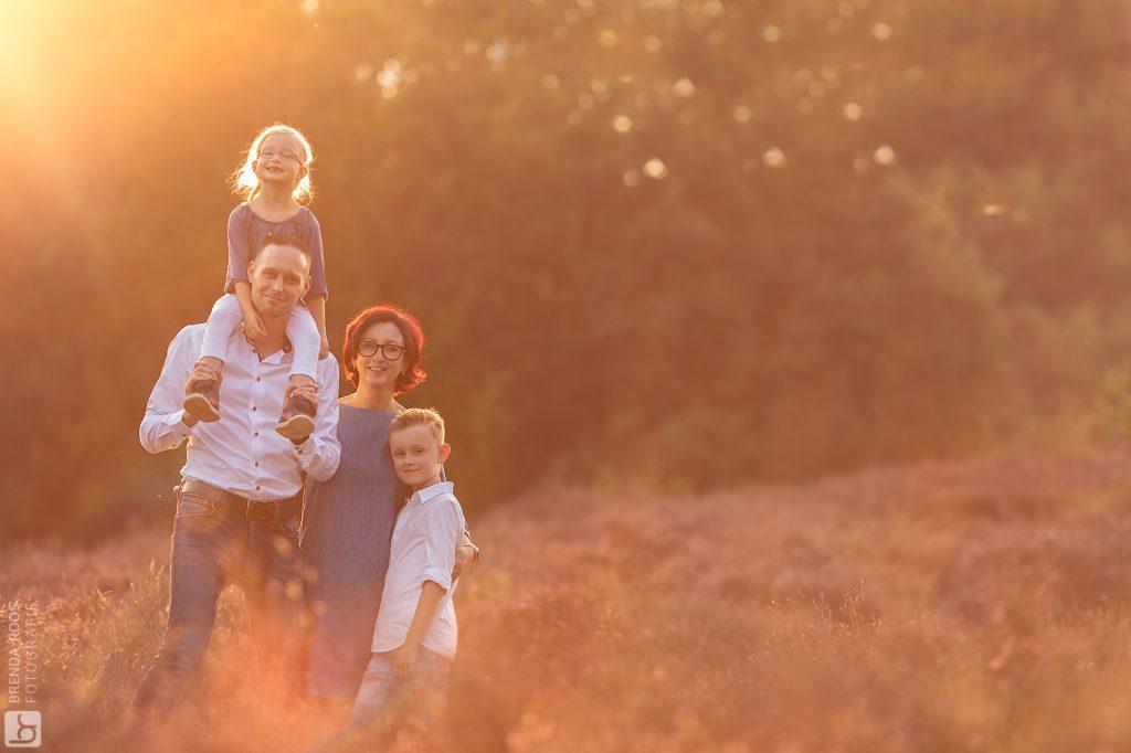 Natuurlijk licht Posbank familie fotoshoot zonsondergang goudenuurtje goldenhour kinderfotograaf