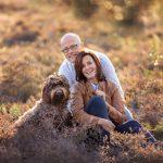 stel met hond Familie fotograaf   Fotograaf Lelystad & Veluwe   heide herfst elspeet ermelo   Fotoshoot