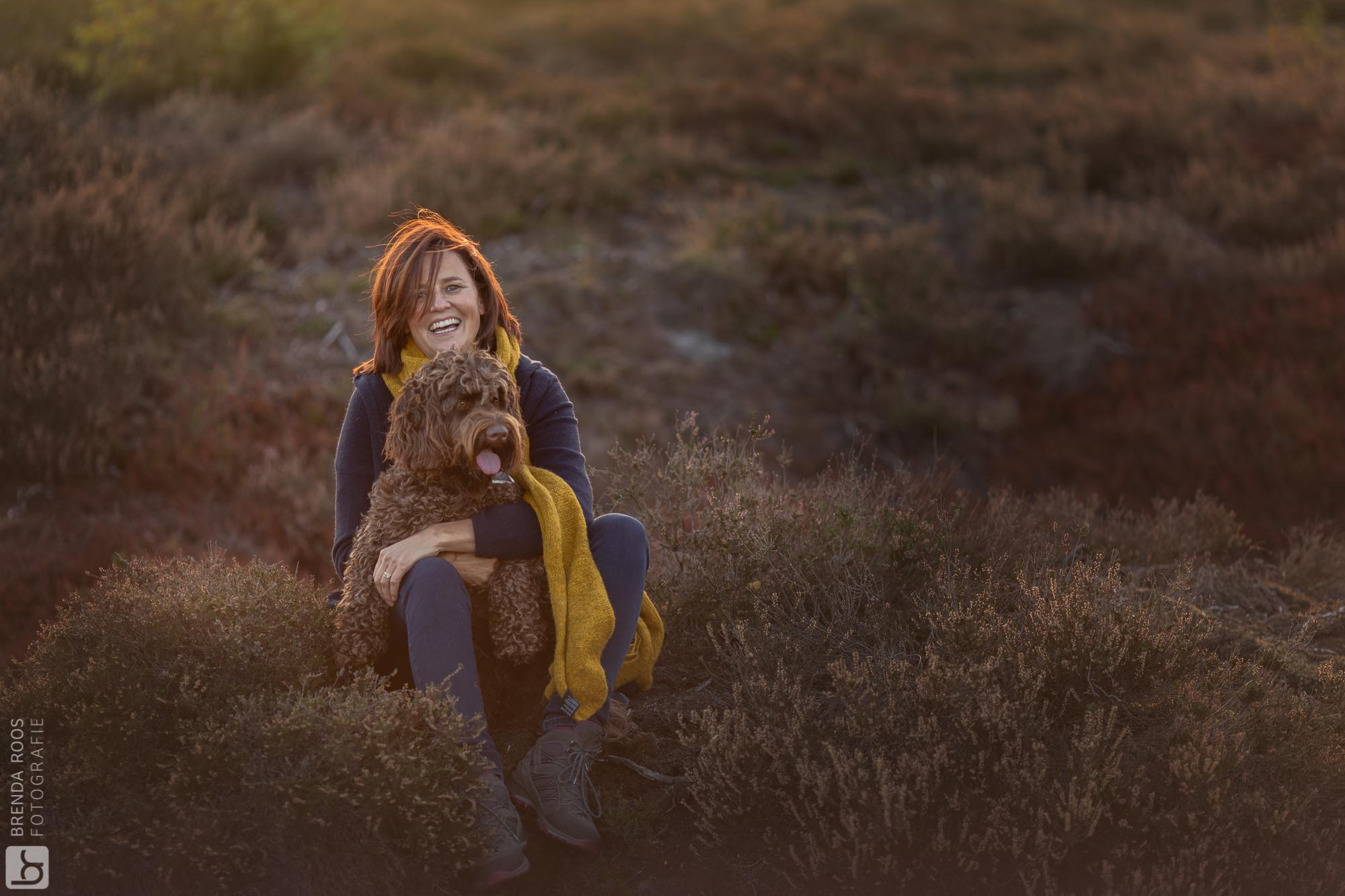 vrouw met hond Familie fotograaf | Fotograaf Lelystad & Veluwe | heide herfst elspeet ermelo | Fotoshoot