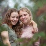 zusjes Familie fotograaf   Doetinchem   Familie   Fotoshoot   bos