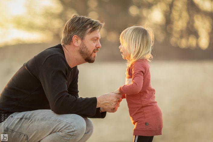 Vader met dochter op zandverstuiving