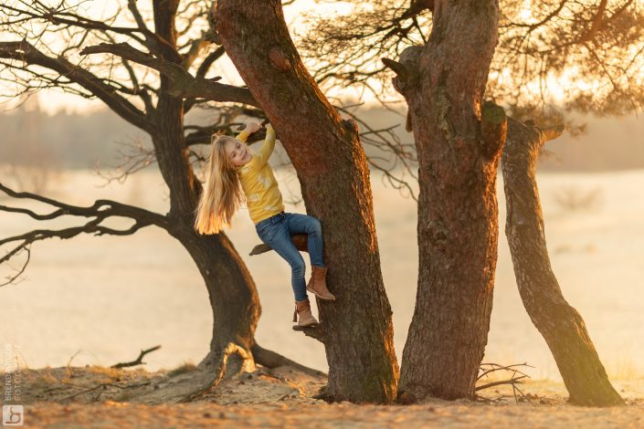 meisje klimt in boom