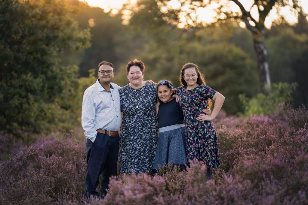 Familie portret fotograaf paarse heide fotoshoot goldenhour